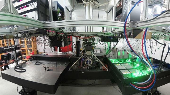 Уникальная установка выборочно ионизировала атомы стронция.