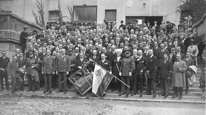 Бельгийские добровольцы спустя 15 лет со знаменем бронедивизиона.Архив В.Вандерстикль. Брюссель, 1930 год