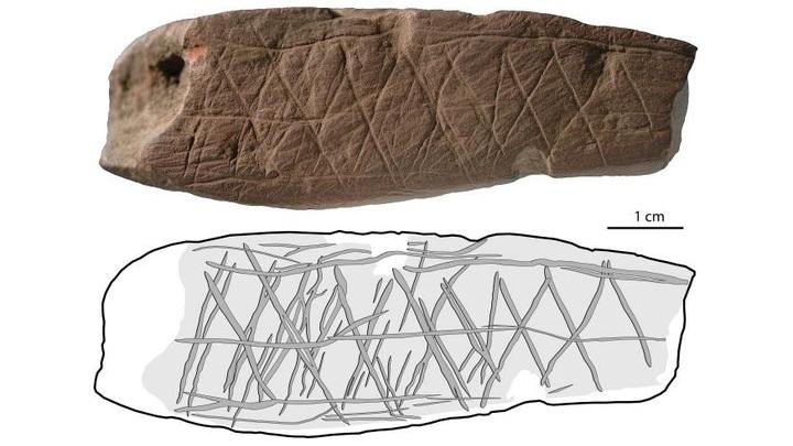 Археологи обнаружили куски охры, на которые были нанесены абстрактные узоры.
