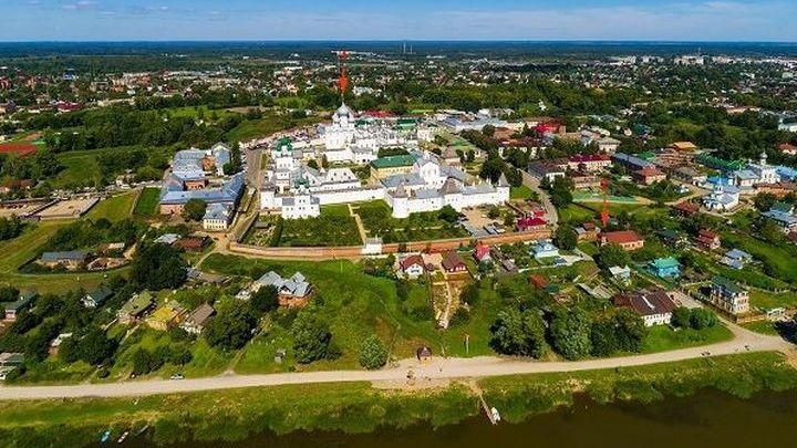 Вид центральной части Ростова. Стрелками отмечены Успенский собор и церковь Бориса и Глеба.