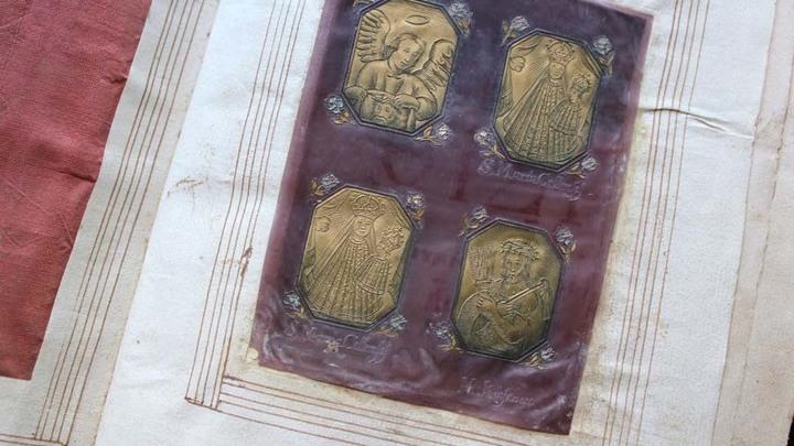 Акафесты, 1674 год. Книга украшена заставками из слюды с позолоченной бумагой