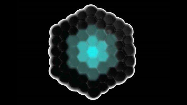 Сигнальные молекулы (синие) распространяются в искусственной клеточной структуре через липидные мембраны и обеспечивают связь между клетками.