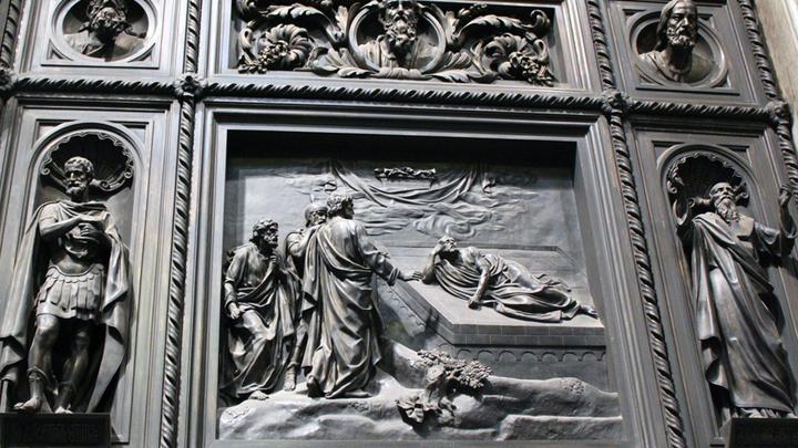 Деталь Больших Западных дверей Джованни Витали, 1848-1859 годы. Вес более 20 тонн, дуб, бронза, литье, общая площадь 42 квадратных метра. Всего в соборе три двери. Фото Леонида Варебруса