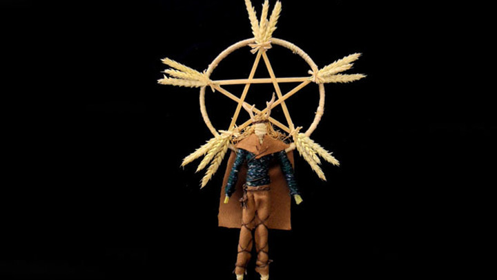 Современная кукла Лугнасада, символизирующая бога Луга