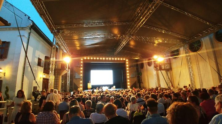 В Летнем театре Мишкольца ждут начала оперы Богема. Фото Людмилы Осиповой