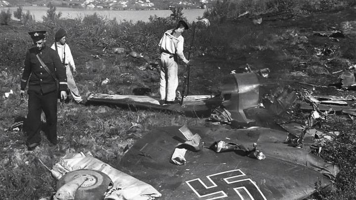 Сбитый немецкий самолет осматривают черноморцы. Автор -  Евгений Халдей.