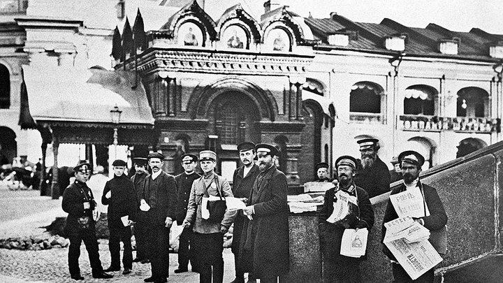 Продавцы газет на фоне часовни Спаса Нерукотворного Образа (Санкт-Петербург). Фото 1916 года /https://wikimapia.org/