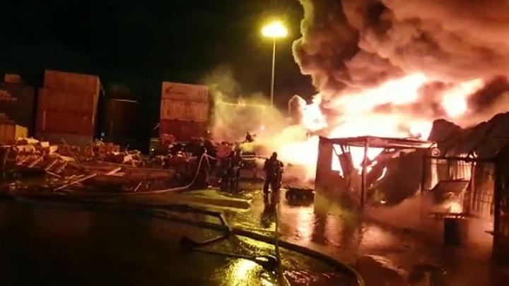 Мощное возгорание в Санкт-Петербурге тушат с помощью пожарных поездов