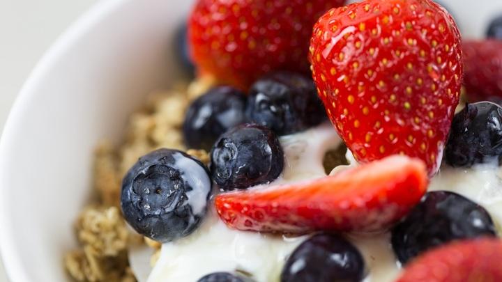 Роскачество не нашло в клубничном йогурте свежей клубники