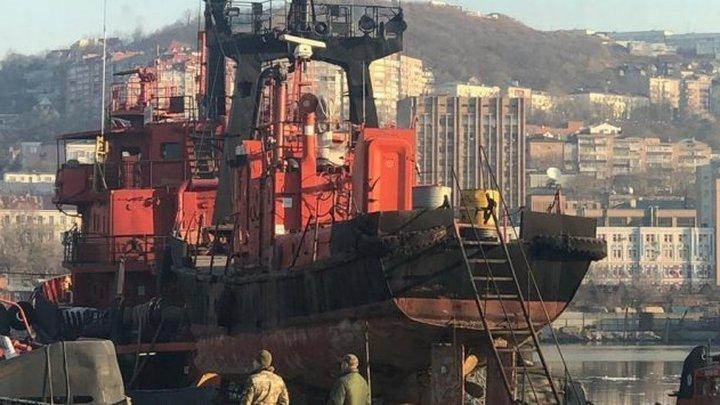 Со дна Авачинской бухты подняли плавучий док, затонувший зимой