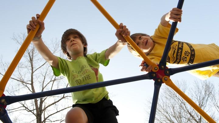 Аутизм имеет биологическую основу, проявляющуюся в мозге до появления поведенческих симптомов.