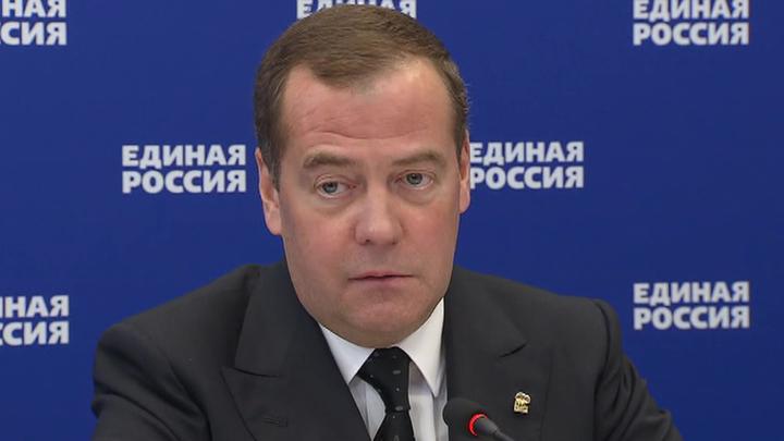 Медведев высказался за дополнительную компенсацию переработок