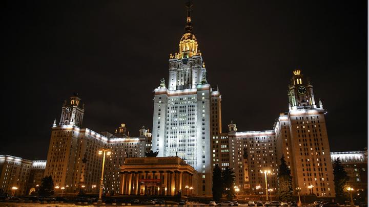 На звезду на главном здании МГУ на День города залезли около 20 человек