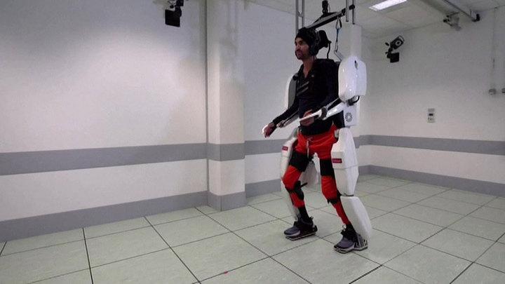 Парализованный пациент ходит, управляя экзоскелетом силой мысли. Видео