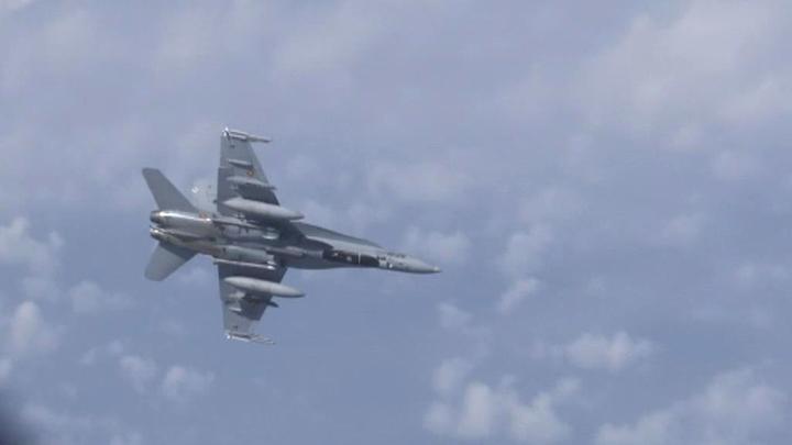 Истребители F-18 увязались за российскими самолетами