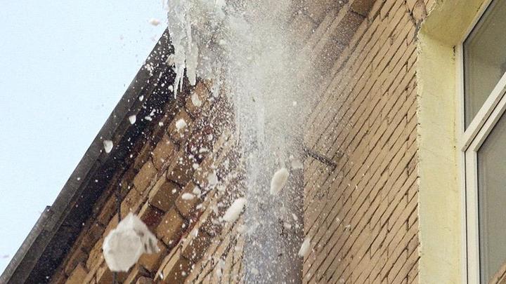 Ребенка убило куском льда, упавшего с крыши