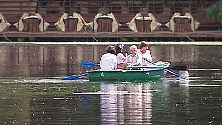 Прокат лодок и катамаранов начал работать в шести столичных парках
