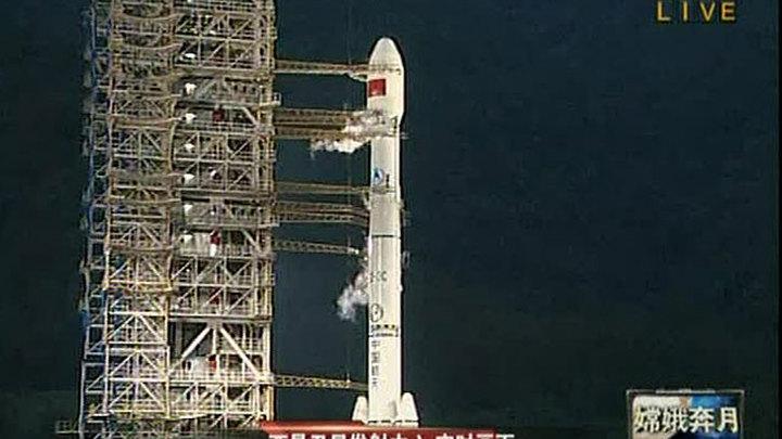 """В КНР 1 октября провели успешный запуск исследовательского аппарата """"Чанъэ-2"""". Ожидается, что зонд достигнет лунной орбиты через пять дней. В течение шести месяцев, столько продлится миссия, спутник изучит и сфотографирует поверхность Луны."""