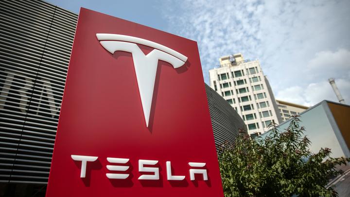 """Электромобили Tesla """"заговорили"""" по-русски"""
