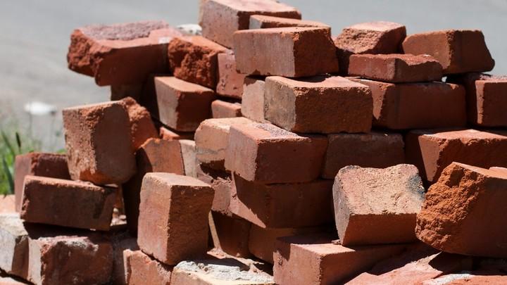 В Нижегородской области на сборщика металла обрушилась стена завода