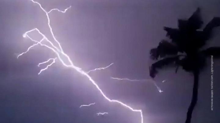 Удар молнии воспламенил купол заброшенной церкви