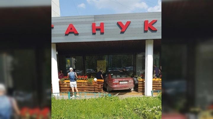 Машина протаранила веранду ресторана на юге Москвы