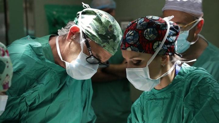 Врачи за операцией