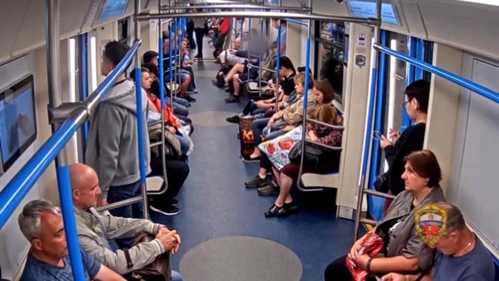 Пьяный мужчина устроил стрельбу в вагоне московского метро