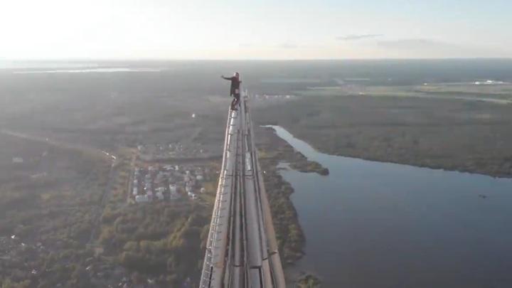 Новосибирский экстремал без страховки забрался на высочайший небоскреб Европы
