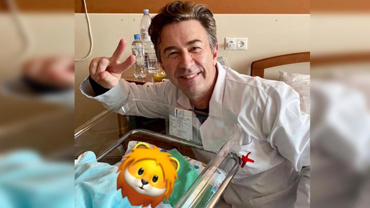 Со смайлом львенка на лице: 62-летний Сюткин показал новорожденного сына
