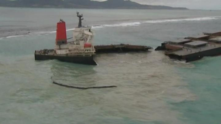 Сильные волны разломали японский танкер у побережья Маврикия
