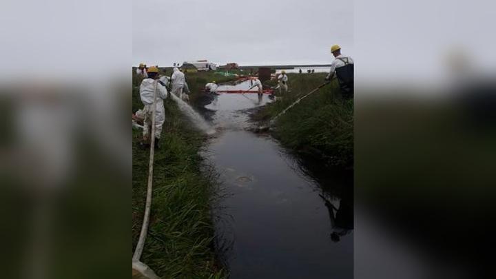 Разлив нефти ликвидируют на Сахалине