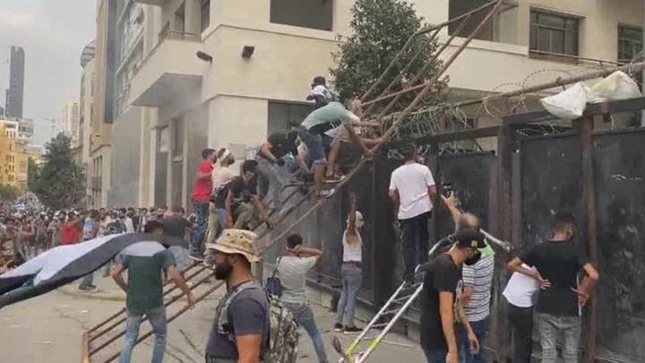 В Бейруте протестующие штурмовали парламент