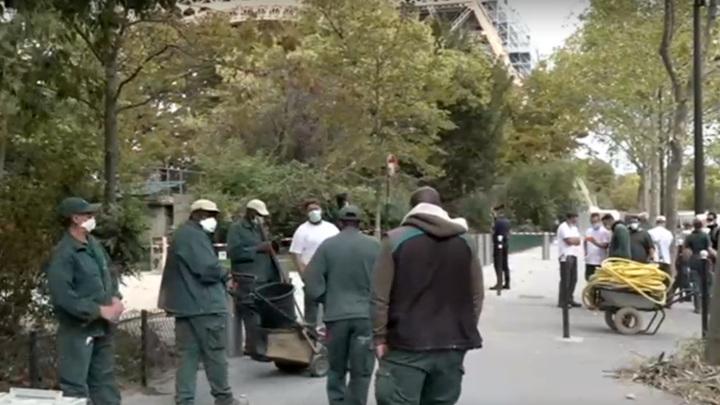 С Эйфелевой башни эвакуировали людей после звонка о минировании