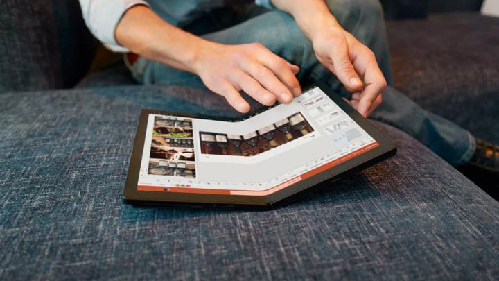 В продажу вышел первый в мире гибкий ноутбук