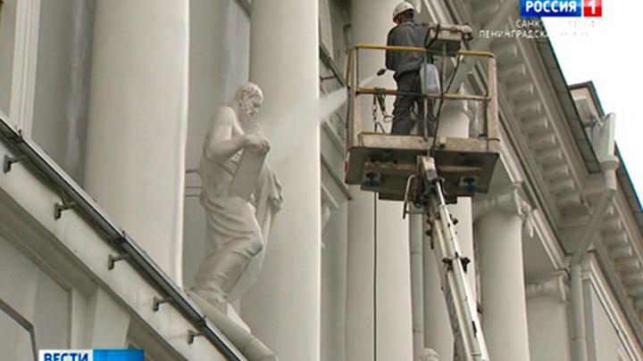 В Петербурге отмыли фасад Российской национальной библиотеки