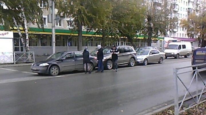 Летнюю на зимнюю: в Новосибирске столкнулись три машины из-за гололеда