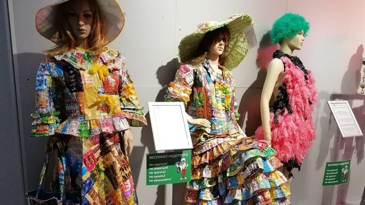 Платья моделей - из конфетных фантиков, а черно-красное - из... изделия №2!