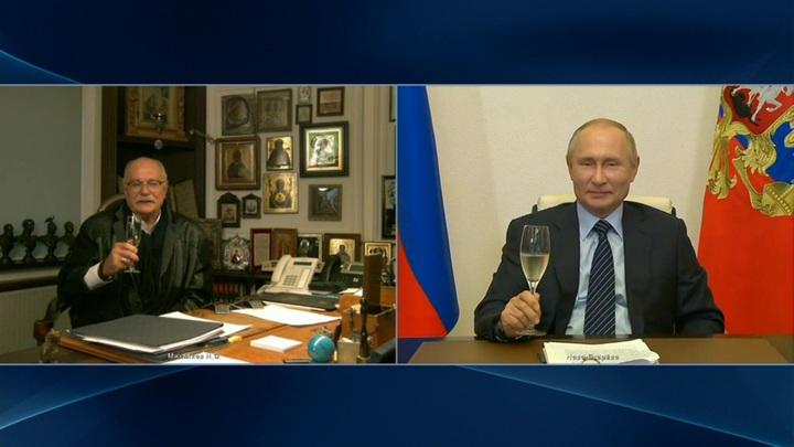 """""""Хотел вас увидеть"""": Путин поднял бокал с шампанским за здоровье Михалкова"""