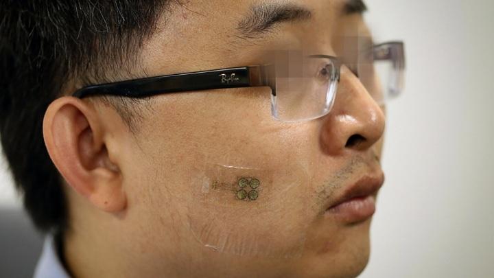 Малозаметная наклейка на лице может вернуть парализованному человеку радость общения.