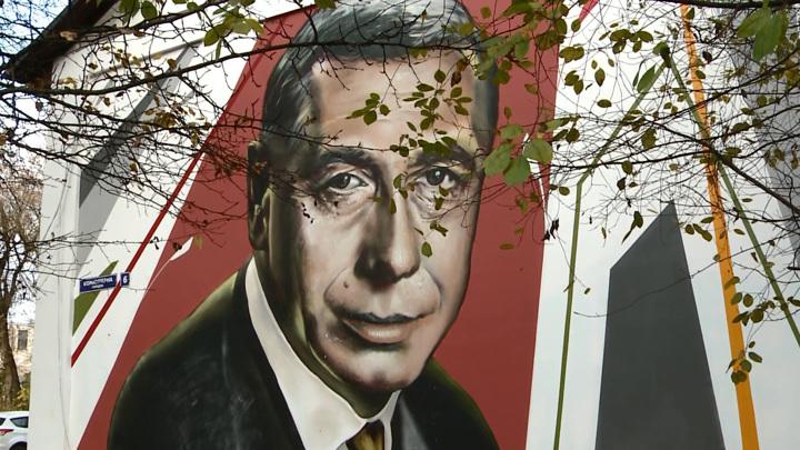 Стену дома в Смоленске украсил портрет Анатолия Папанова