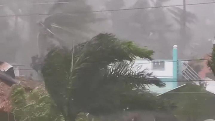 """На Филиппины обрушился супертайфун """"Гони"""", на Британию – шторм """"Эйден"""""""
