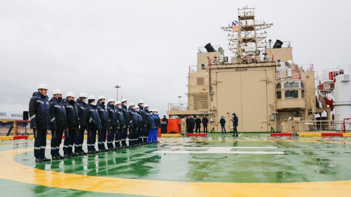 """На самом большом в мире ледоколе """"Виктор Черномырдин"""" подняли флаг"""