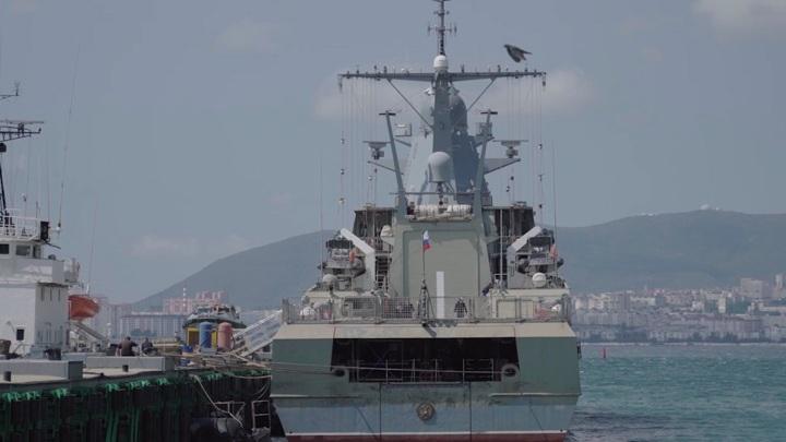 Черноморский флот следит за британским кораблем