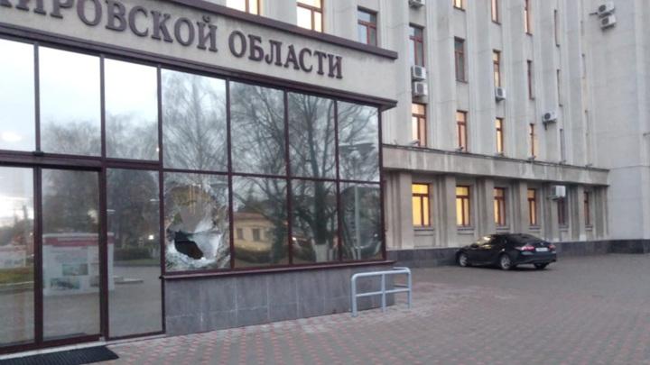 В Кирове мужчина, недовольный ремонтом дорог, разбил стекло в здании правительства