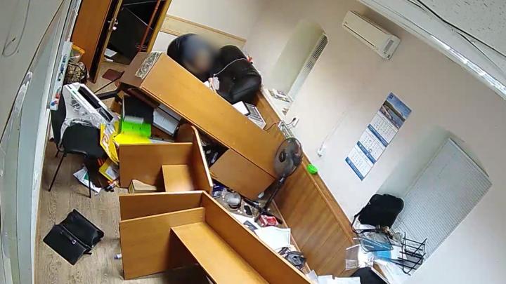 В Липецке мужчина начал рабочую неделю с погрома офиса