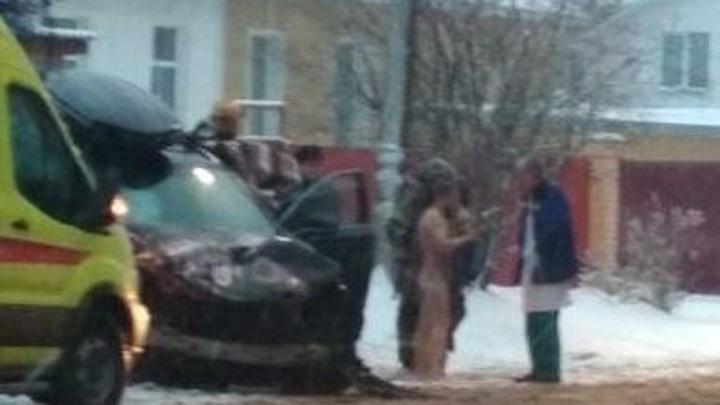"""В Костроме водитель Lexus устроил на дороге """"стриптиз"""""""