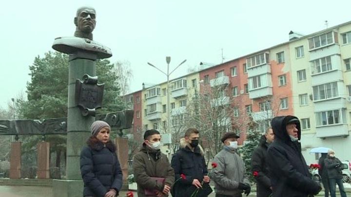 Калужане возложили цветы к памятнику Жукову в честь 124-летия маршала