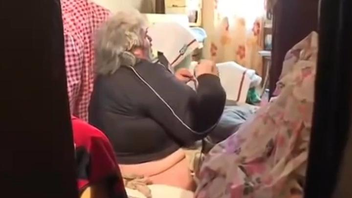 Просидевшего на полу полтора года 300-килограммового француза вытащили из дома подъемным краном