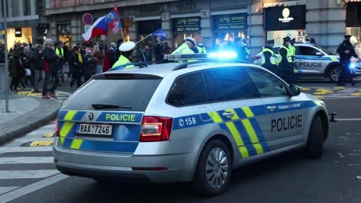 Сторонники и противники России сошлись перед посольством РФ в Праге